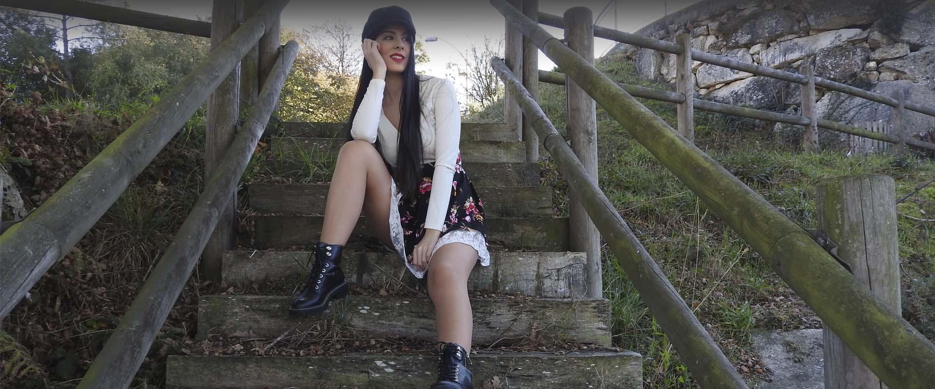 portada gorra y vestido falda estampada